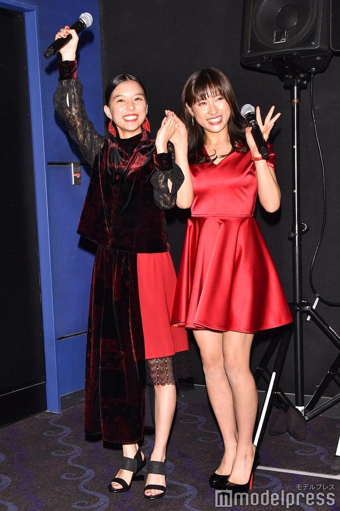 芳根京子、土屋太鳳、仲良く手をつないで降壇 (C)モデルプレス