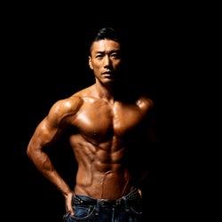 """<金子賢(かねこ・けん)プロフィール>1976年10月19日生まれ、東京都出身。身長183cm、B109・W80・H93。1993年に俳優デビューし、2004年に格闘家に転向。2007年に俳優業を再開し、1996年に出演した映画「キッズ・リターン」で、第20回日本アカデミー賞・新人俳優賞受賞した。近年では""""日本一夏が似合う男女""""を決める美ボディ大会「サマー・スタイル・アワード」のプロデューサーを務めるなど、日本のボディメイク界をリード。100日で16kg減に成功するなど、ストイックなダイエットにも注目が集まる。"""
