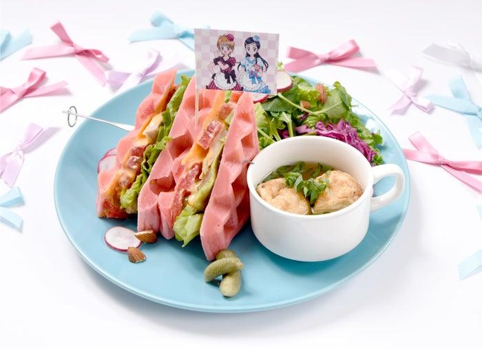 ふたりの仲良しチキンワッフルサンド~TAKO CAFE SPECIAL~1,490円(税抜)(C)ABC-A・東映アニメーション
