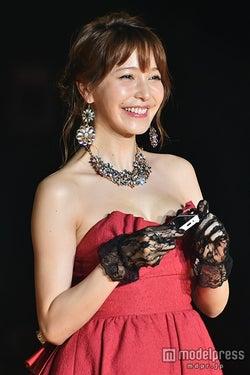 藤井リナ、胸元大胆に華やかランウェイ 大人セクシーで台湾女子を魅了
