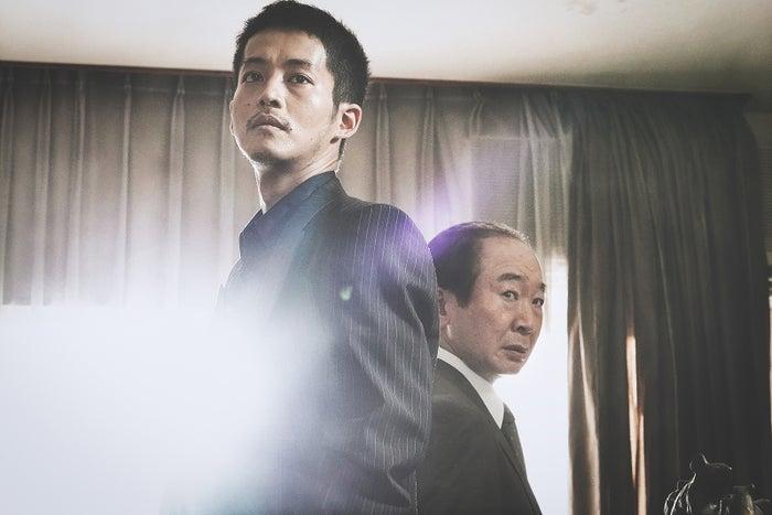 松坂桃李、中村梅雀(C)2021「孤狼の血 LEVEL2」製作委員会