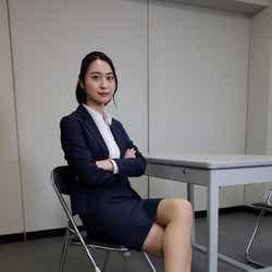 モデルプレス - テレ朝・小川彩佳アナ「リーガルV」で女優デビュー ミニスカ美脚あらわな刑事役