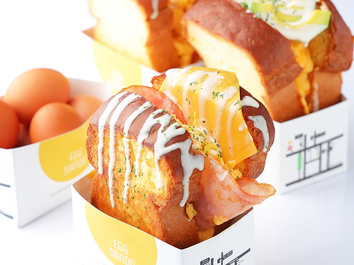 ガーリックバターをトッピングしたアメリカンハムチーズ/画像提供:YOPU