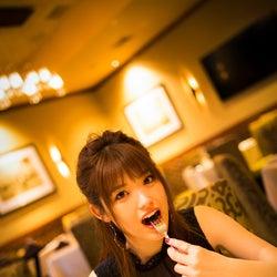 ステーキを本気食べする松村沙友理/松村沙友理 写真集オフショット (撮影/桑島智輝)