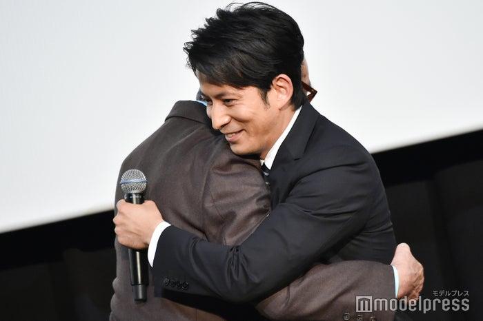 木村大作監督と熱い抱擁を交わす岡田准一 (C)モデルプレス