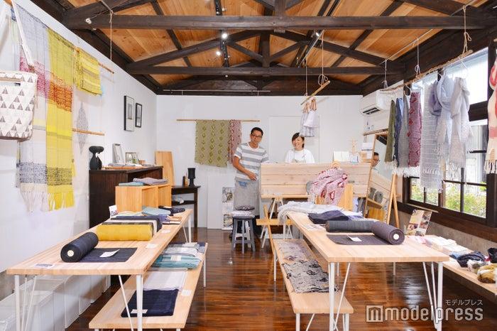 店主の井上夫婦が手掛ける織物製品は、日々の暮らしを彩ってくれる逸品ぞろい(C)モデルプレス