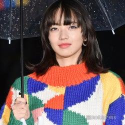 小松菜奈、表参道イルミに感激 鮮やかセーターで登場