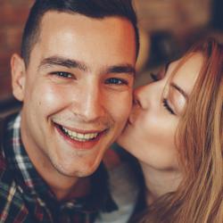刺激が強すぎる…♡年下男子を悩殺する「大人のキス」4選