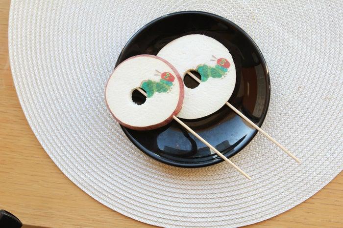 はらぺこあおむしのりんご飴540円(税込)/画像提供:シダックス株式会社
