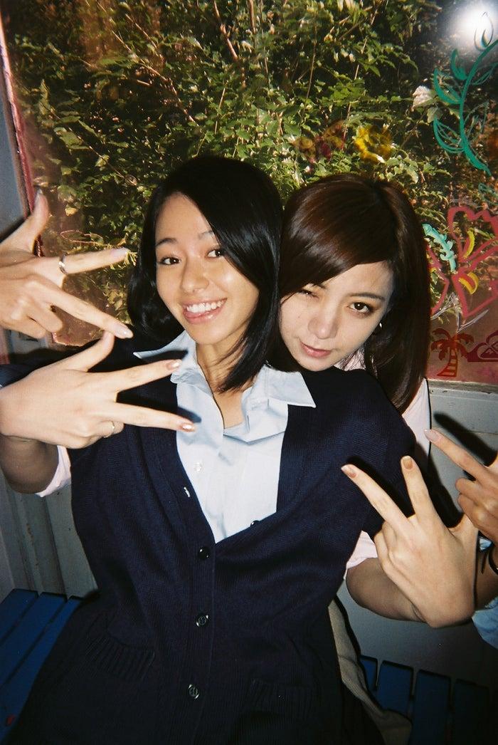 (左から)山本舞香、池田エライザ(C)2018「SUNNY」製作委員会