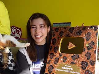 """仲里依紗、YouTubeの""""金の盾&銀の盾""""を高級スワロフスキーでデコレーション「総額2ピーー万円」"""