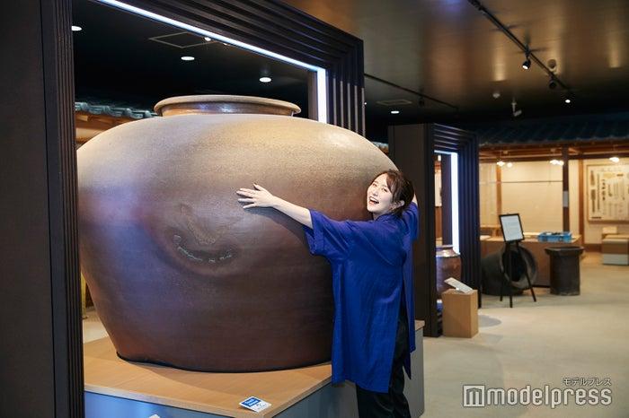 資料館にある大きな壺はインパクト抜群! (C)モデルプレス