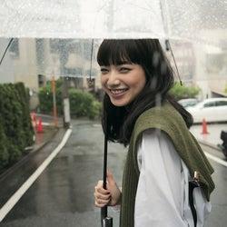 """小松菜奈、雨の中の撮影で""""水も滴るいい女""""「かえって新鮮」"""