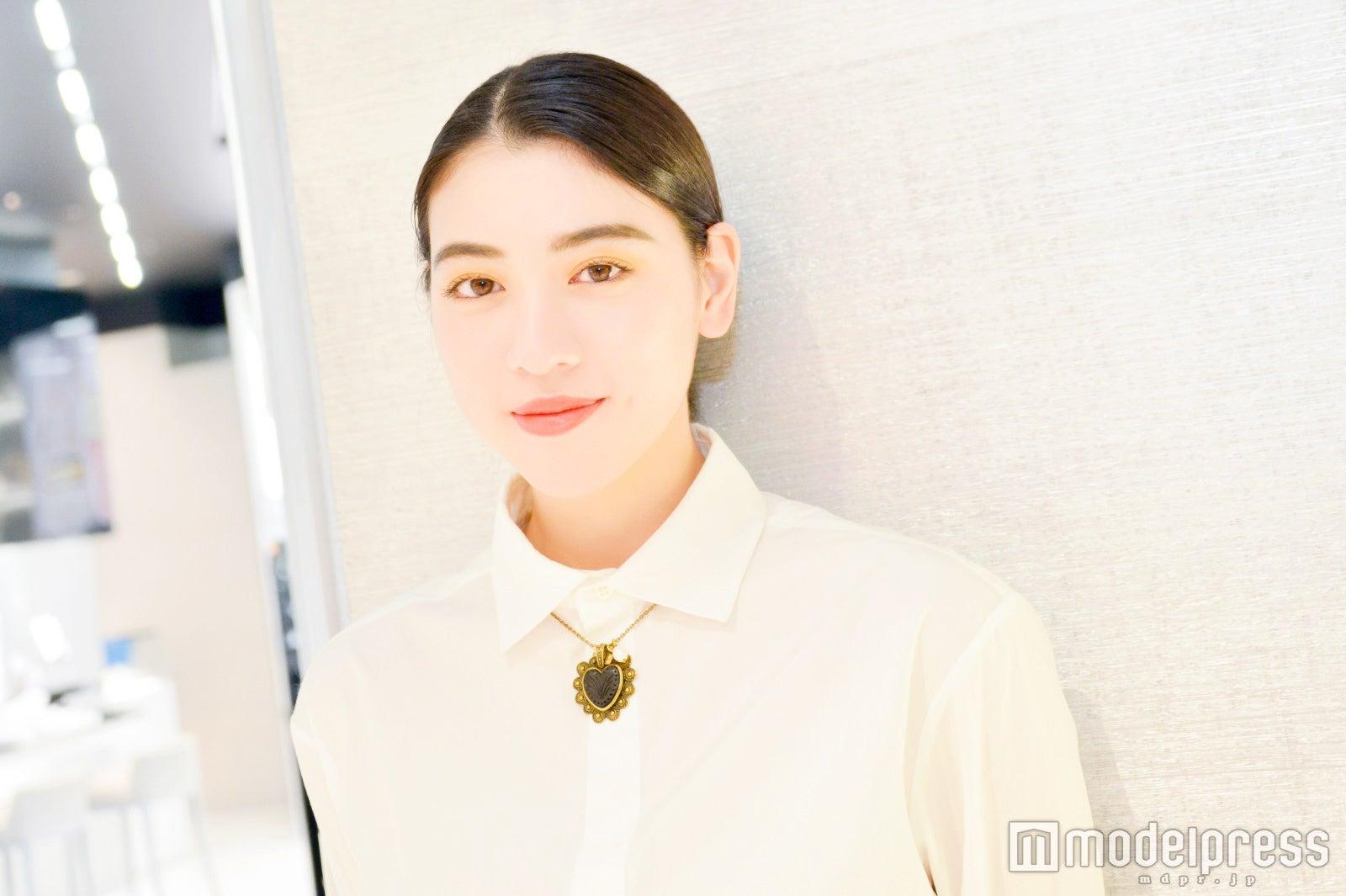 インタビューに応じた三吉彩花(C)モデルプレス
