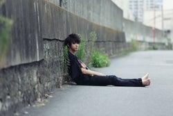 """東京の道端に裸足の山田裕貴… 相反する""""2つの顔""""で伝えたいことは<コメント到着>"""