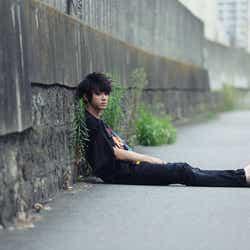 """モデルプレス - 東京の道端に裸足の山田裕貴… 相反する""""2つの顔""""で伝えたいことは<コメント到着>"""