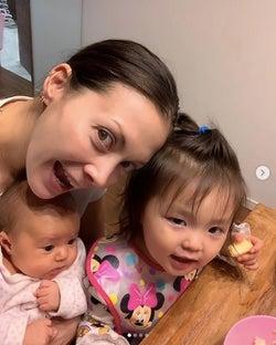 土屋アンナ、子供3人との幸せショット公開に反響「目がみんなアンナちゃん」「幸せいっぱい」