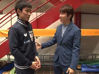 「卓球ジャパントップ12」試合直後の張本選手と村上信五(C)フジテレビ