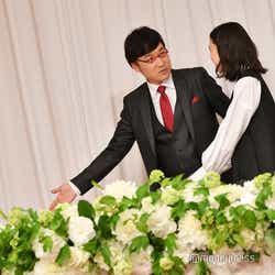 降壇の際、先を譲り合う山里亮太&蒼井優(C)モデルプレス