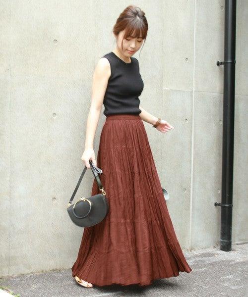 黒タンクにブラウンマキシスカートのコーデ