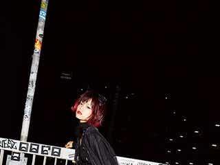 """""""毒可愛い歌姫""""ハナエ、刺激的ランジェリーでストリート降臨"""