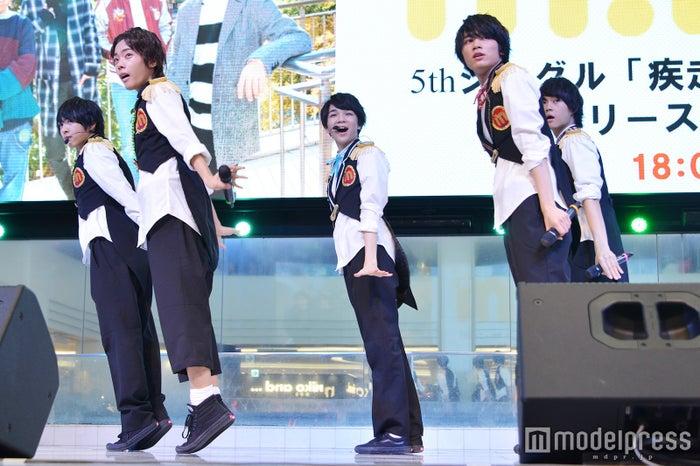 新曲「疾走ペンデュラム」を披露したM!LK(左から)吉田仁人、山﨑悠稀、塩﨑太智、板垣瑞生、佐野勇斗(C)モデルプレス