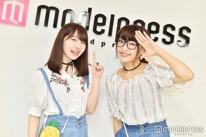 """双子ダンスでブレイク中""""まこみな""""がモデルプレスに来訪!歌手デビューの心境&これからを語る/左から:まこ、みなみ(C)モデルプレス"""