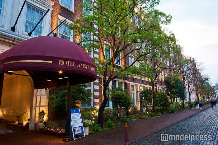 ヨーロッパの街角にありそうな「ホテルアムステルダム」外観(C)モデルプレス