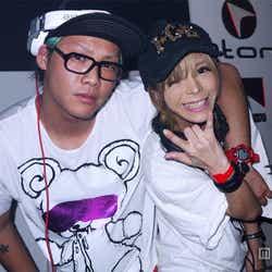 お披露目を行ったDJユニット「DJあげぽよ」(左から)DJ SATOSHI、川端かなこ