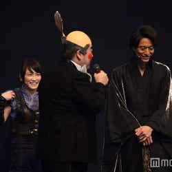須藤公一からイジられる川栄李奈、浅香航大(C)モデルプレス