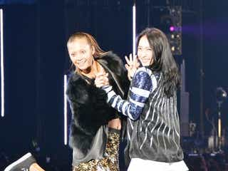土屋アンナ、元KARAジヨンと共演 キュートなポーズに歓声の嵐