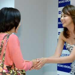 ファンと握手しているSHIHO(右)
