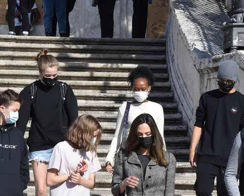アンジェリーナ・ジョリー、子どもたちとローマのスペイン広場を観光。