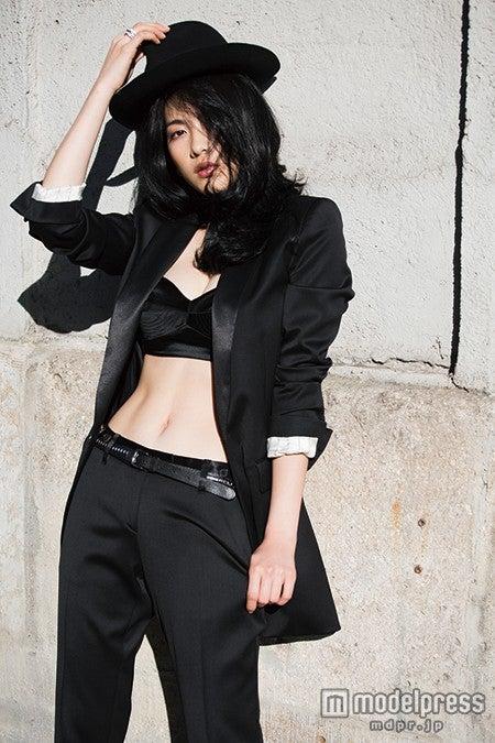 真っ黒なパンツスーツでカッコよさ全開の知英/画像提供:講談社【モデルプレス】