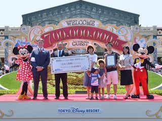 東京ディズニーランド&シー入園者数、最速ペースで7億人突破 ミッキー&ミニーも駆けつけお祝い