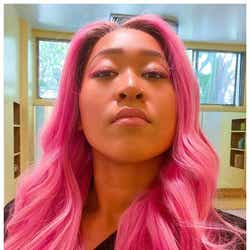 モデルプレス - 大坂なおみ、さくら色のド派手ピンク髪に大胆イメチェン ファンから驚きの声