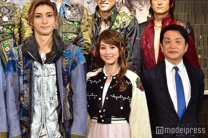 左から:古川雄大、生田絵梨花、小池修一郎氏(C)モデルプレス