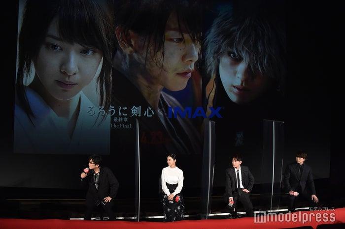 左から:大友啓史監督、武井咲、佐藤健、新田真剣佑 (C)モデルプレス