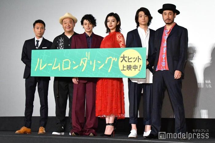 (左から)片桐健滋監督、木下隆行、オダギリジョー、池田エライザ、伊藤健太郎、渋川清彦(C)モデルプレス
