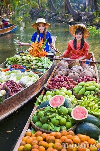 小舟に乗ってお買い物/画像提供:タイ国政府観光庁