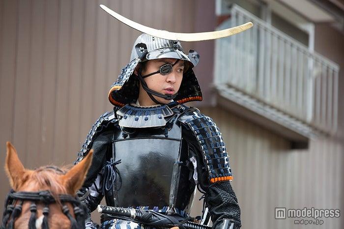 28年前、父・渡辺謙が着用した鎧兜を身につける(C)NHK