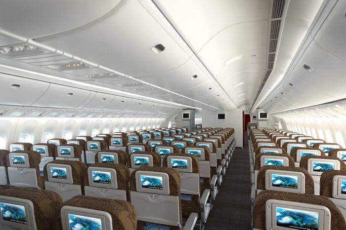 エコノミーシート。全席にタッチパネル式モニターが設置され、映画・音楽が楽しめる/画像提供:ガルーダ・インドネシア航空