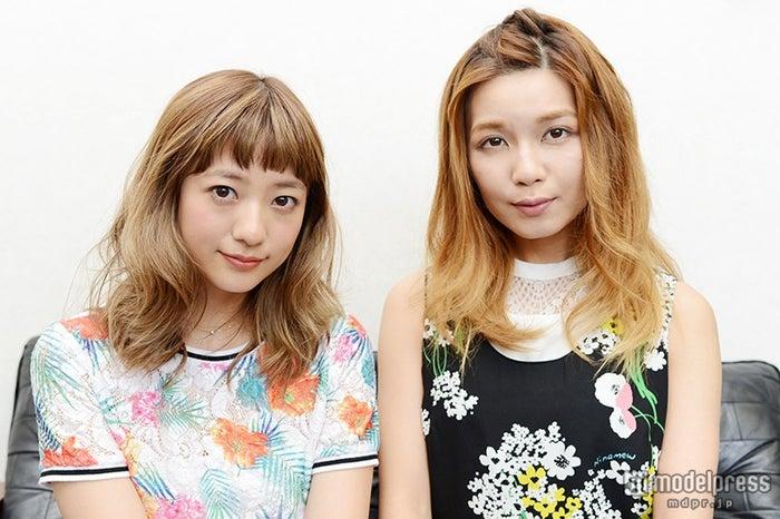 オーディションやデビューについて語った(左から)AAA伊藤千晃、宇野実彩子【モデルプレス】