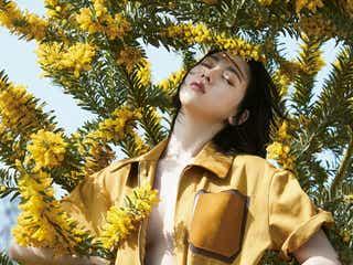 三吉彩花「FENDI」大胆に着こなし あどけなさと艶っぽさが共存