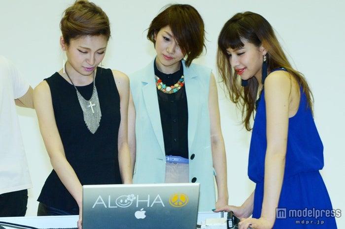写真をチェックする(左から)高橋真依子、潮田玲子、難波サキ/撮影の様子