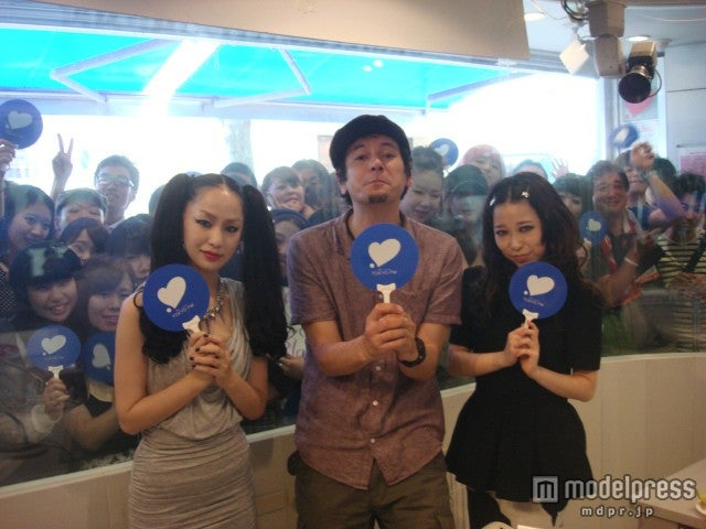 TOKYO FMの公開生放送に出演した中島美嘉(左)と加藤ミリヤ(右)