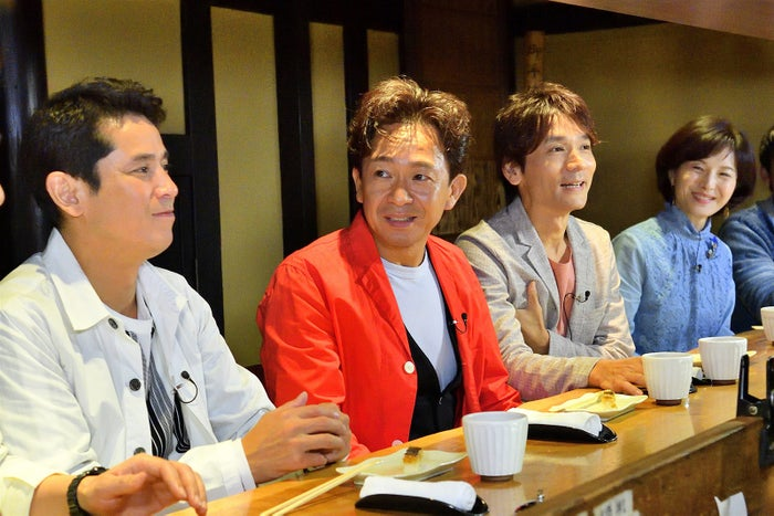 城島茂(中左)と長野博(中右)がグループ秘話を語る(写真提供:MBS)