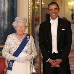 エリザベス女王、オバマ元大統領からの贈り物に涙していた。