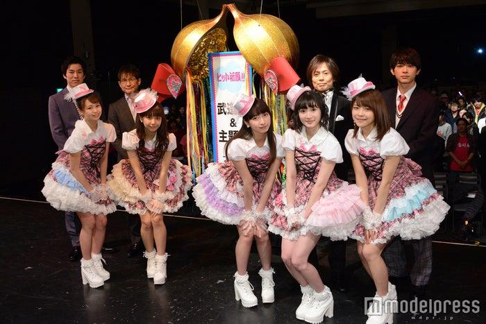 (前列左から)高木紗友希、宮崎由加、植村あかり、宮本佳林、金澤朋子(後列左から)高畑裕太、木下ほうか、つんく♂、吉沢亮(C)モデルプレス