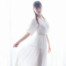 深田恭子、純白ワンピで輝く 水着姿も披露